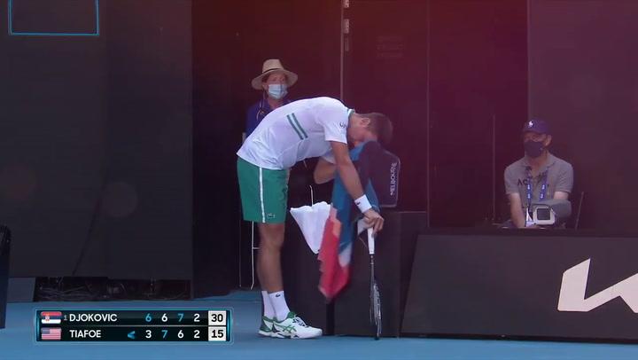 El show de Tiafoe y Djokovic buscando el antivibrador de su raqueta