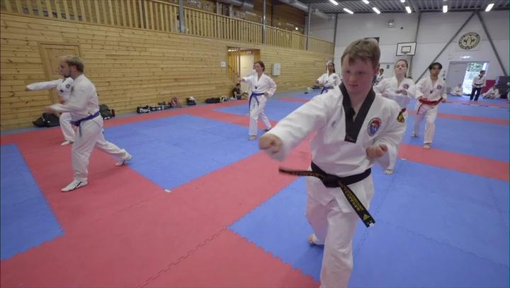 Ola har svart belte i taekwondo.