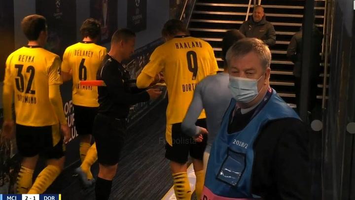 Haaland firmó un autógrafo al linier en la tarjeta roja del partido