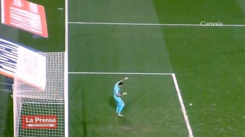 Aficionados del Montpellier lanzan una botella a Keylor Navas en pleno partido
