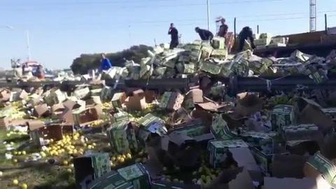 Caos en Circunvalación por el vuelco de un camión con 25 toneladas de limones