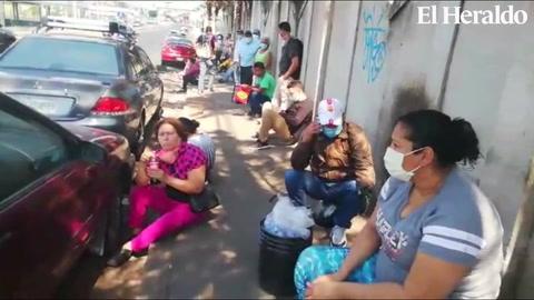 Pacientes madrugan para realizar enorme fila en las afueras del Mario Mendoza