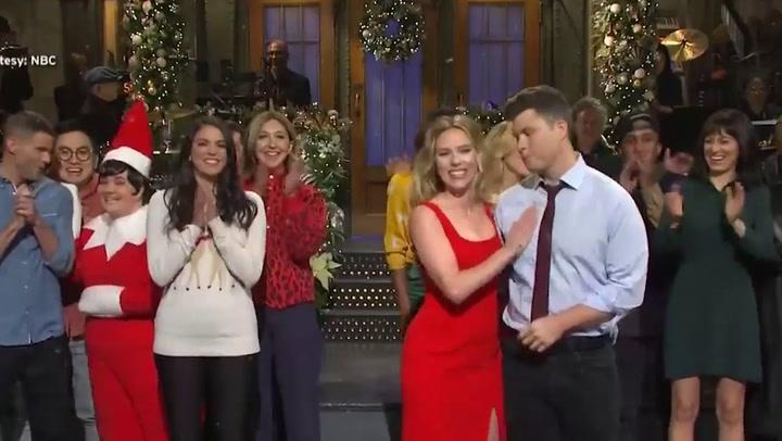 Scarlett Johansson y su prometido Colin Jost se conocieron en el programa SNL