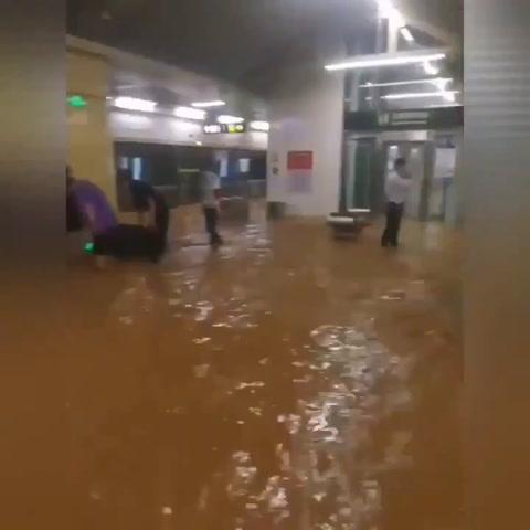 Pasajeros del metro, atrapados con el agua por encima de la cintura en un vagón tras por inundaciones en China