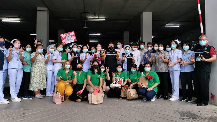 รพ.ประจวบฯ ส่งนักรบชุดขาวสนับสนุน รพ.สนามท่าจีน สมุทรสาคร ดูแลผู้ป่วยโควิด