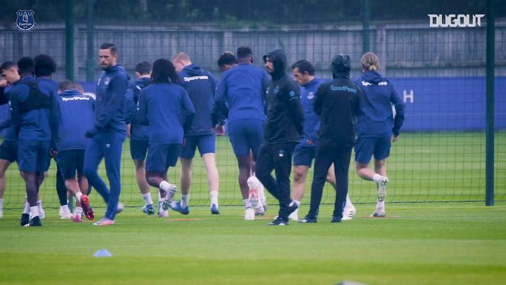 Yerry Mina volta a treinar no Everton