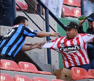 ¡Lamentable! Así atacaron a un aficionado durante el San Luis-Querétaro en México