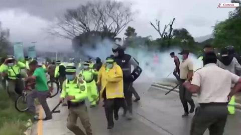 Con disparos y gases lacrimógenos desalojan a lavadores de carros en río Blanco