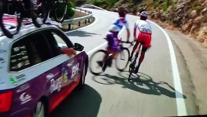 ¡Increíble! El coche del Burgos-BH casi arrolla a su corredor Madrazo y a Herrada
