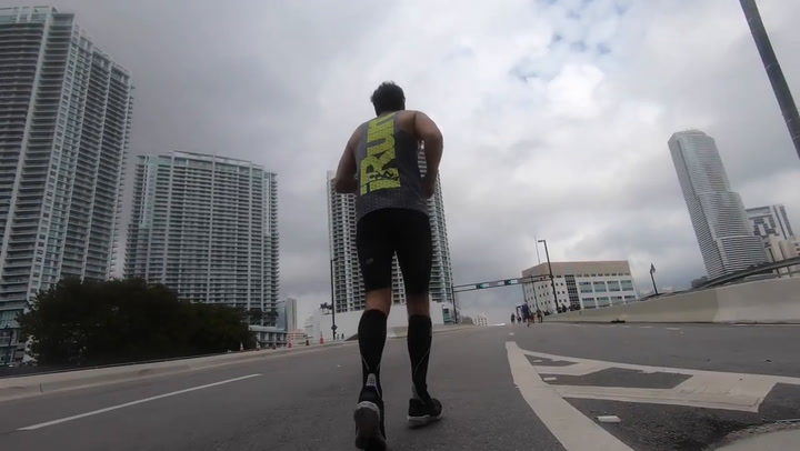 Uri Sabat acabó su primera maratón gracias a un atleta amputado que corría con prótesis