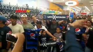 Motagua causa locura en cuando regala autógrafos en Tegucigalpa
