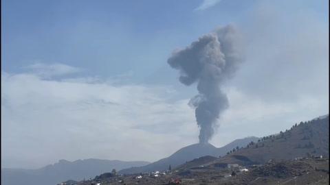 Tras una breve pausa, el volcán de Canarias vuelve a escupir ceniza