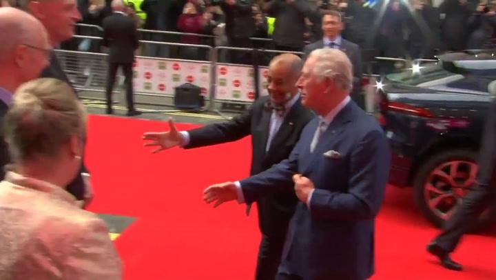 El Príncipe Carlos se hizo un lío con el protocolo de saludos por culpa del coronavirus