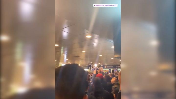 Espectacular recibimiento a De Rossi a su llegada al Aeropuerto de Ezeiza