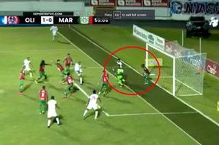Polémica: jugadores del Olimpia y Troglio, rodean al árbitro Cristian Ramírez por anular un gol de Jonathan Paz