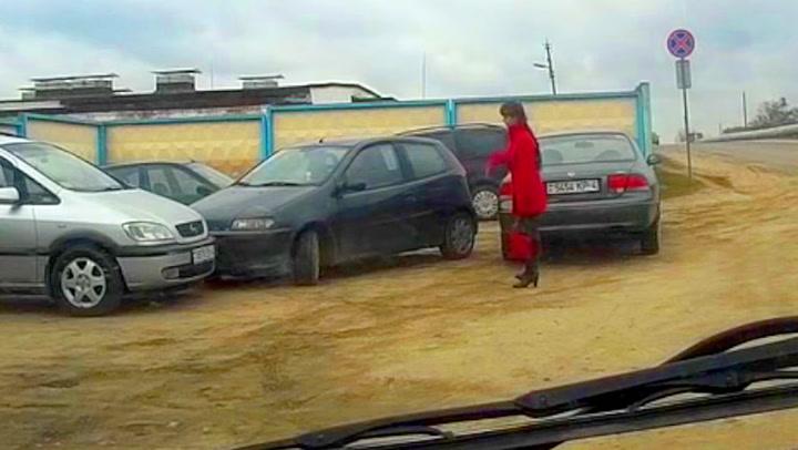 Kvinnen hjelper sjåføren ut av knipen – ser ikke at hun selv er problemet