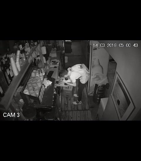 Un joven robó en un local gastronómico, se llevó dos pesos y quedó filmado
