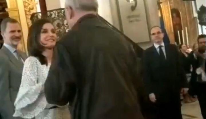 La Reina Letizia se salta el protocolo para saludar a un antiguo compañero de RTVE