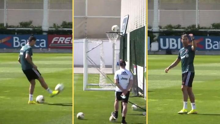 Cristiano está que se sale entrenando con la Juve... hasta jugando al basket