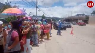 Extensa fila de personas espera recibir segunda dosis anticovid en UNAH