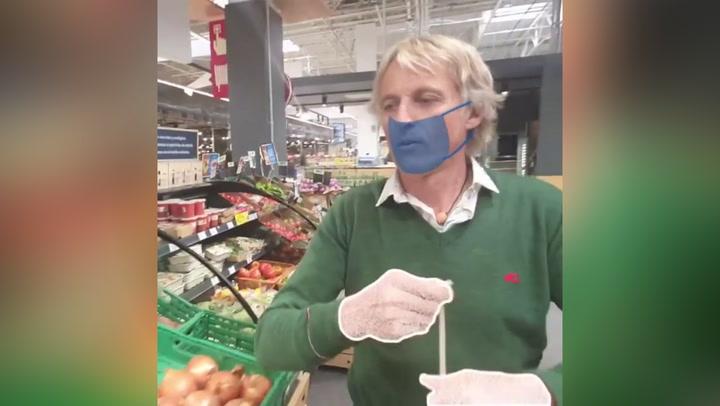 Jesús Calleja, duramente criticado por no llevar la mascarilla en el supermercado