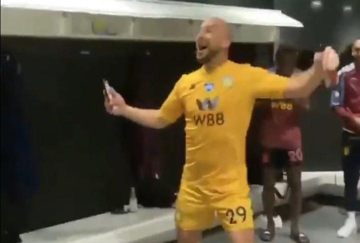 El show de Pepe Reina tras lograr la salvación con el Aston Villa
