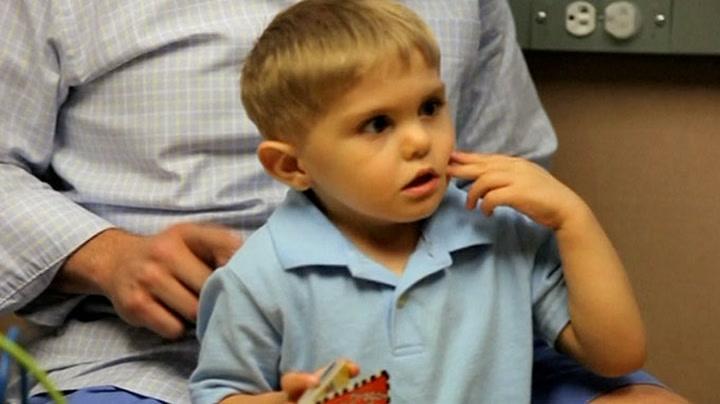 Grayson (3) hører pappaens stemme for første gang