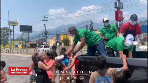 Futbolistas y presidente del Marathón entregaron alimentos a personas de escasos recuros económicos