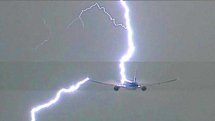 Like etter takeoff slår lynet ned