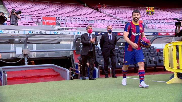 El 'Kun' Agüero ya posa con la camiseta del Barça