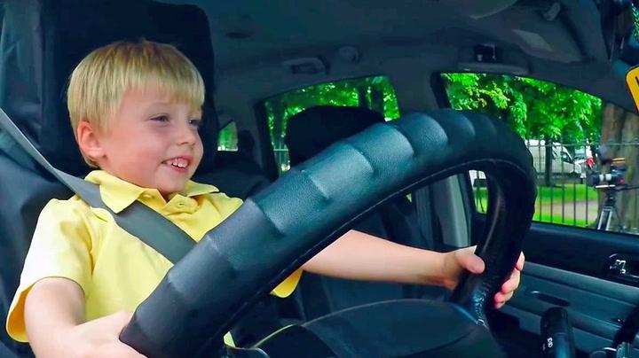 Taxisjåfør (3) gir kundene hakeslepp