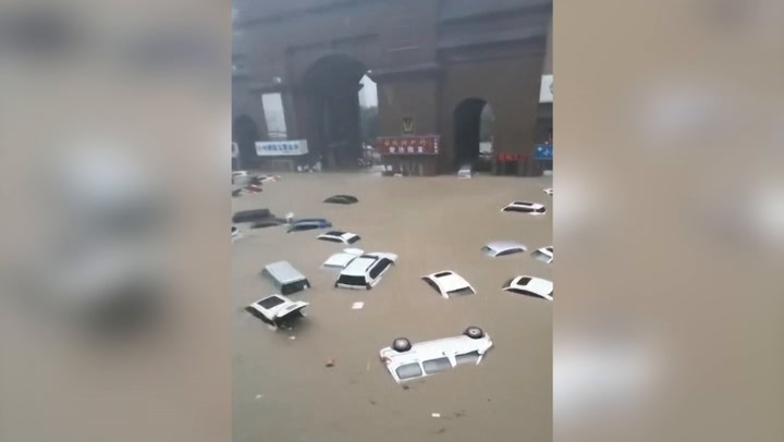 Heavy flooding in China causes cars to float down roads