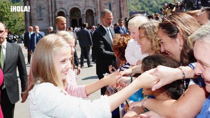 Primer baño de multitudes de la princesa Leonor y la infanta Sofía