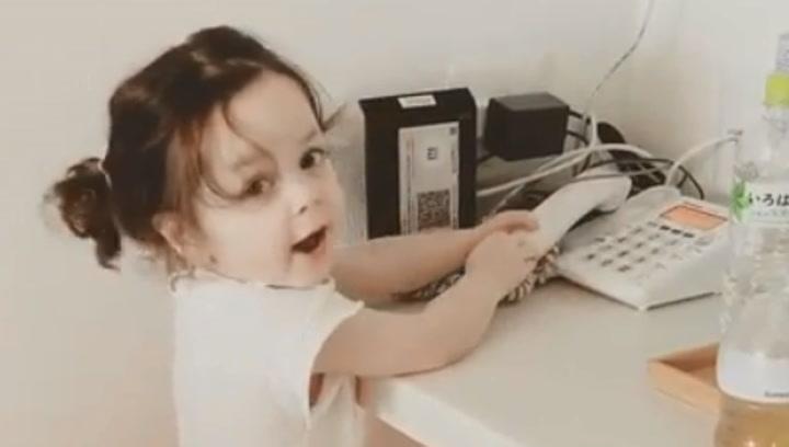 """Un vídeo de la hija de Iniesta llamando a su padre """"para jugar a fútbol"""" se hace viral"""