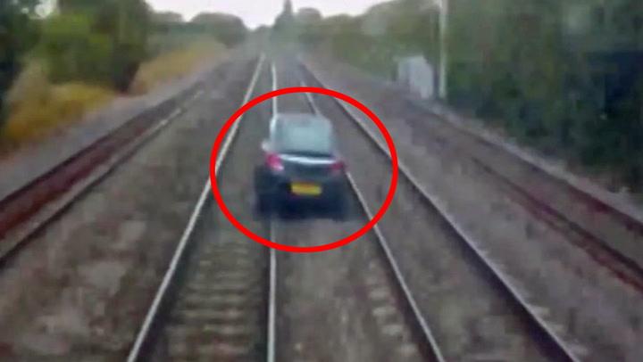Mann etterlot bilen midt på togskinnene