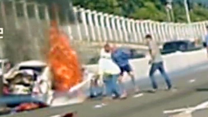 Reddet kvinne ut av brennende bil