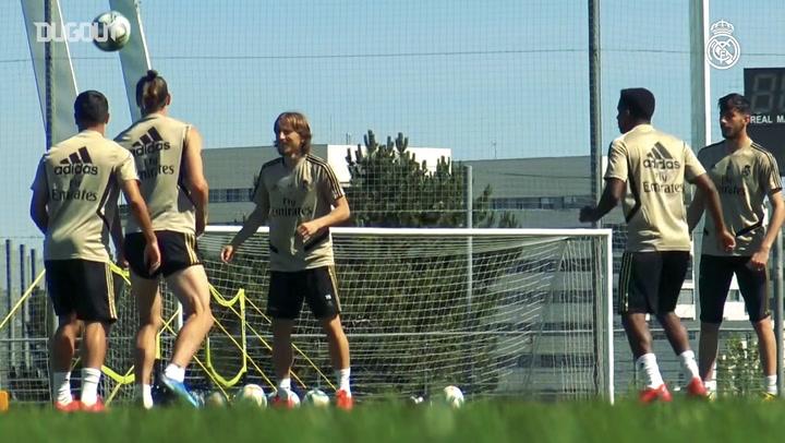 Real Madrid practice volleys at Valdebebas