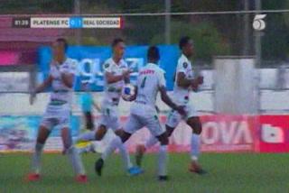 Diego Reyes anota el empate 1 - 1 de Platense ante Real Sociedad