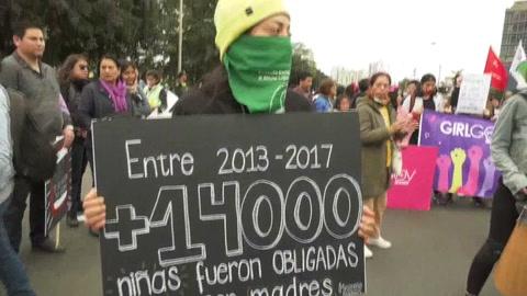 Mujeres marchan en Perú para exigir justicia por los 105 feminicidios de 2019