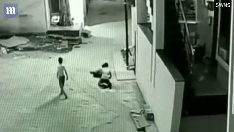 Cae desde 15 metros y es amortiguado por su compañero
