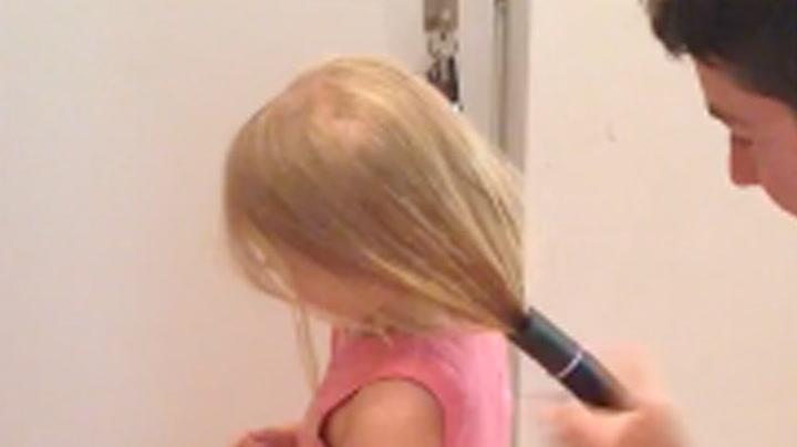Slik fikser han datteren på håret