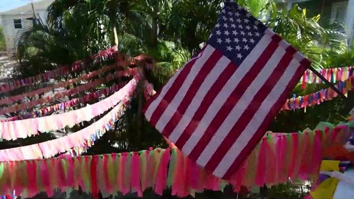 En esta casa, cuelga una cinta de color por cada muerto de COVID en Florida