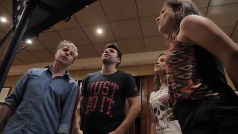 Científicos y bioquímicos rosarinos grabaron un video con un tema de Axel