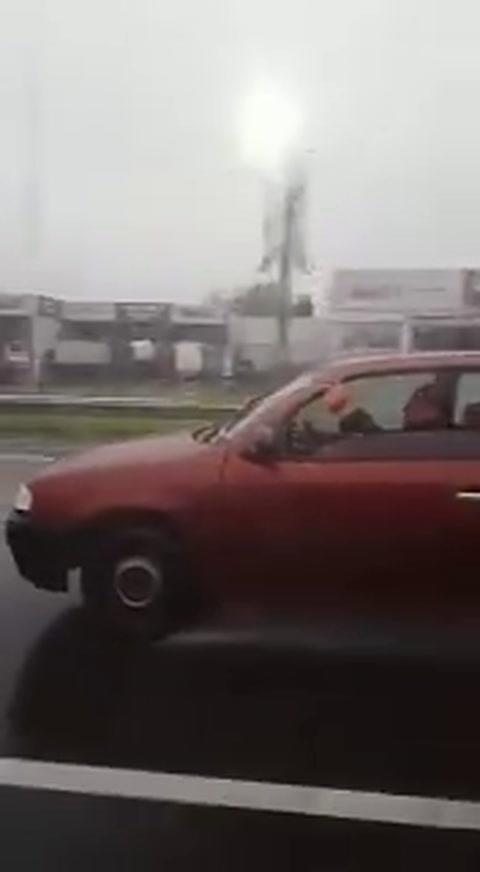 Limpiaparabrisas humano para hacerle frente a la lluvia