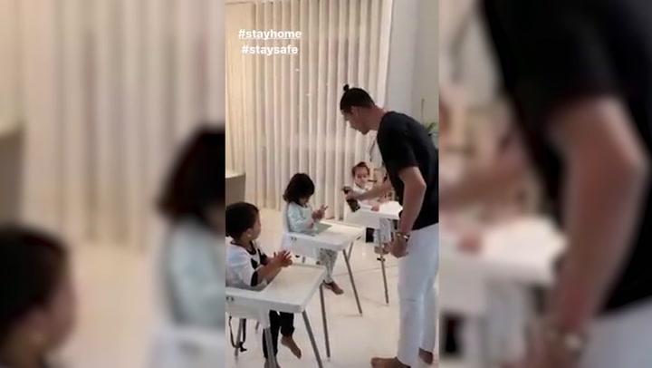 Cristiano conciencia a sus hijos a lavarse las manos