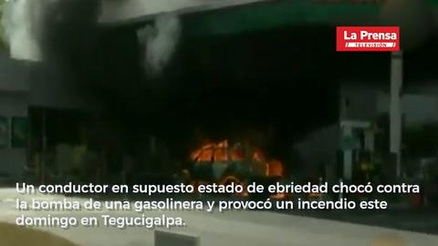 Conductor choca contra bomba de gasolinera y produce incendio