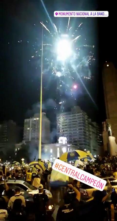 Como una liberación, miles de hinchas coparon el Monumento