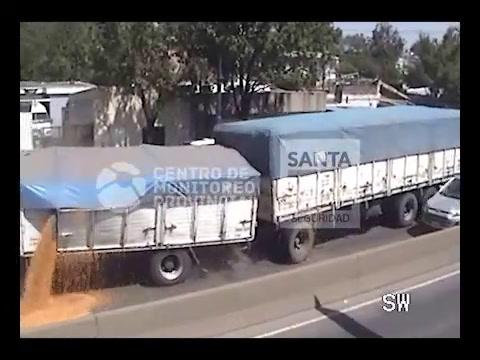 El video del violento choque de camiones en Pellegrini y Provincias Unidas