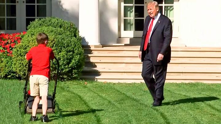 Trump ser på mens 11-åring klipper gresset hans