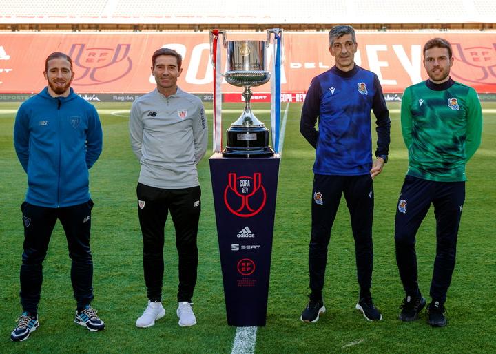 Los entrenadores y capitanes de Athletic Club y Real Sociedad posan con la Copa del Rey